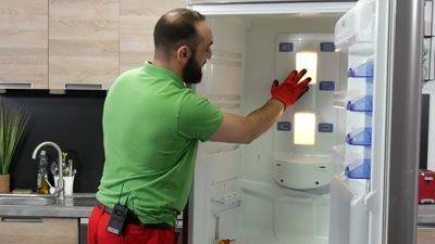 Wie wechselt man eine Kühlschranklampe aus?