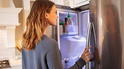 Wie wechselt man das Türfach eines Kühlschranks aus?
