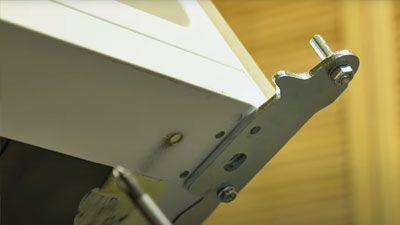 Wie wechselt man das Türscharnier eines Kühlschranks aus?
