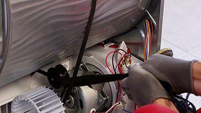 Wie zieht man den Keilriemen einer Waschmaschine wieder auf?