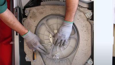 Wie wechselt  man die Riemenscheibe einer Waschmaschine aus?