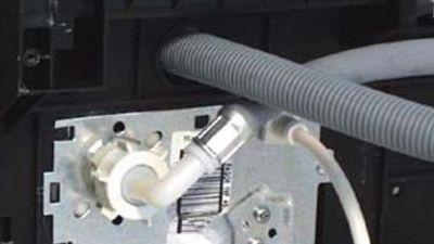 Wie wechselt man den Wasserzulaufschlauch einer Spülmaschine aus?